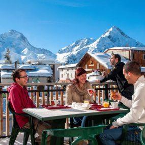 Groupe d'amis en vacances en Hiver au Deux-Alpes